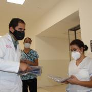 Entrega de filipinas al personal del Hospital Ángel Leaño